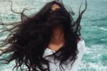 Jak stylizować przesuszone włosy po wakacjach?