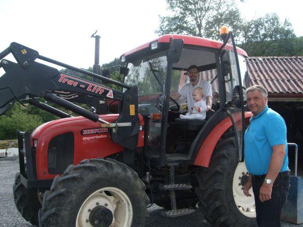 Hania z tatą i dziadkiem traktorem przez świat.
